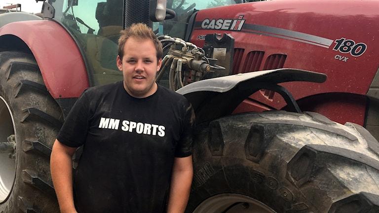 Man framför en traktor.