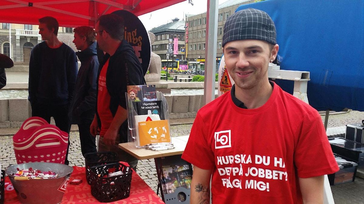 Politikern Mattias Hedin under ett uppdrag för LO. Foto: Lina Abusagr/Sveriges Radio/Arkivbild.