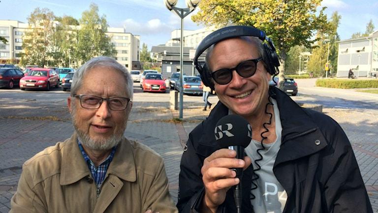 Gunnar Lidfeldt, före detta stadsarkitekt i Gävle, intervjuas av Larry Forsberg. Foto. Linnea Johansson/Sveriges Radio.