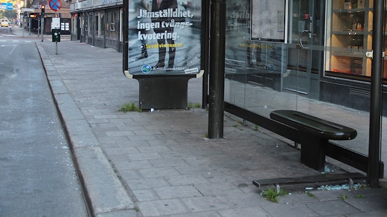 Morgonen efter tre-åringens framfart ligger lite glaskross kvar runt busskuren. Foto: Tomas Forsman / Sveriges Radio