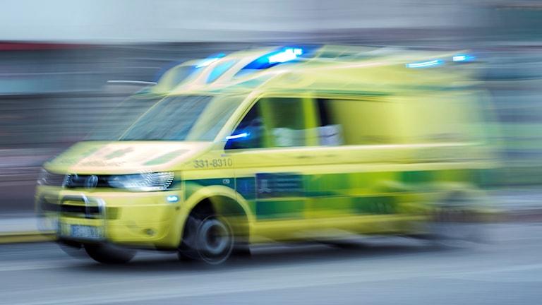 Ambulans åker i full fart.