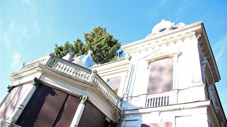 Villa Sjötorp har två kupolkrönta hörntorn och rikt utsmyckade träfasader med stenimiterande dekor. Foto: Staffan Mälstam/Sveriges Radio.