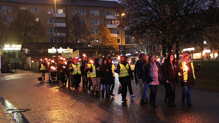 Ett fackeltåg gick under tystnad genom centrala Gävle på lördagseftermiddagen. Foto: Linnea Johansson/Sveriges Radio.
