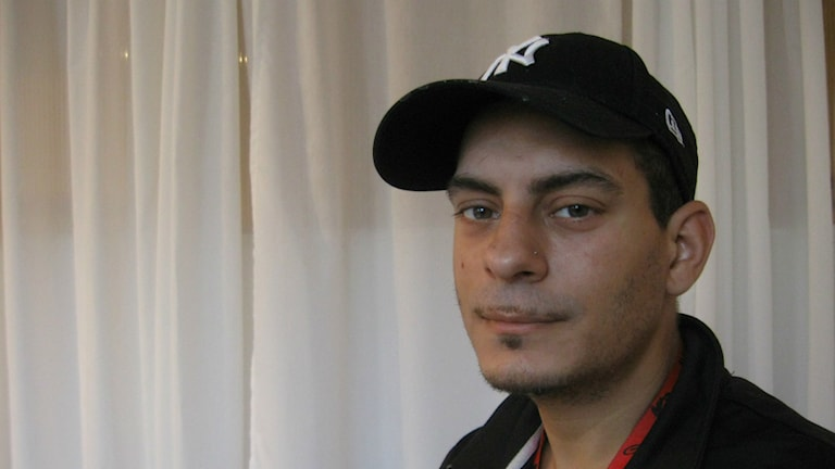 """Chris Sorioano Roos har varit i kontakt med fentanyl och säger att """"det är en riktig dräpardrog"""". Foto: Tomas Groop/Sveriges Radio"""