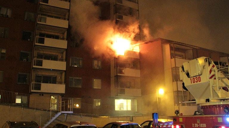 Fyra personer fördes till sjukhus efter att det började brinna i en lägenhet på Öster i Gävle. Foto: Roger Nilsson