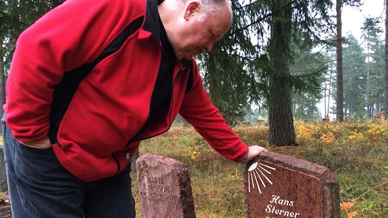 Tommy Sterner besöker sonen Hans grav. Foto: Linnea Johansson/Sveriges Radio