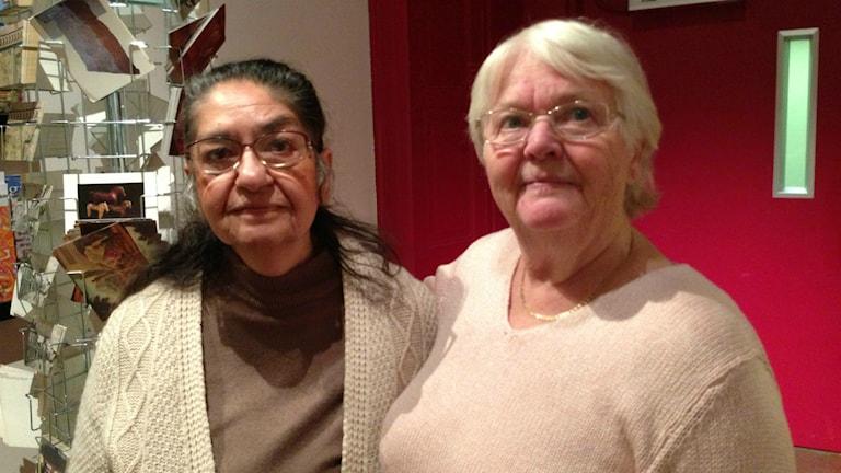Monica Kaldaras och Ulla Westin lekte som barn och söker nu efter romska boplatser i Gävleborg. Foto: Hasse Persson/Sveriges Radio