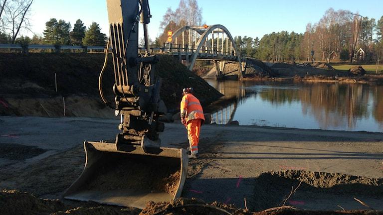 Här byggs brofästen för den temporära bron som Åke Persson bidraget med en stora summa pengar till. Foto: Hasse Persson/Sveriges Radio