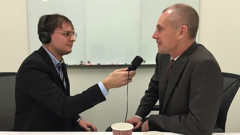 Olof Faxander intervjuas om SMT:s framtid av P4 Gävleborg. Foto: Sveriges Radio