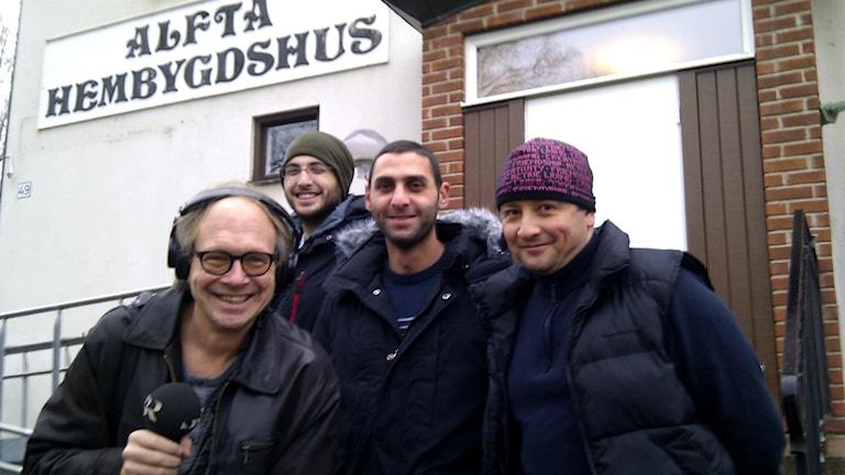 Rawand Kelani, Mazen Kelani och Sakher Allatar tillsammans med P4 Gävleborgs Larry Forsberg. Foto: Joacim Lindwall/Sveriges Radio