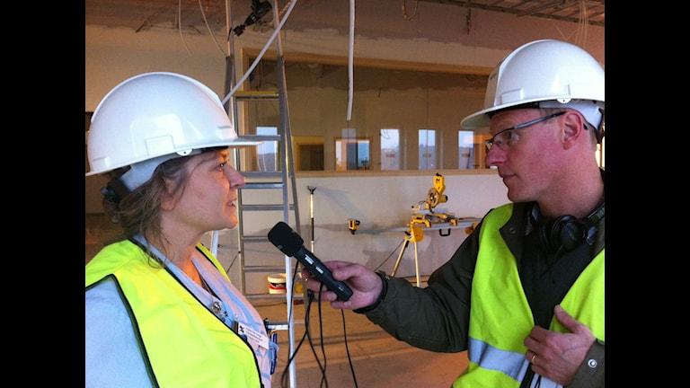 Vårdenhetschef Anna De Jorge, intervjuad av Joacim Lindwall, på den byggarbetsplats som ska bli nya IVA i Hudiksvall.