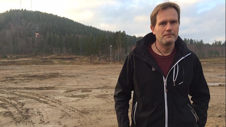 Peter Rydesäter tävlingsledare för Bollnässkidan hoppas att det snart är vitt på backen inför tävlingen 6 december. Foto: Agneta Sundberg/Sveriges Radio