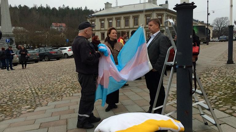 Här hissas transflaggan i Söderhamn, till minne av de som farit illa av hatbrott mot transpersoner. Foto: Agneta Sundberg/Sveriges Radio