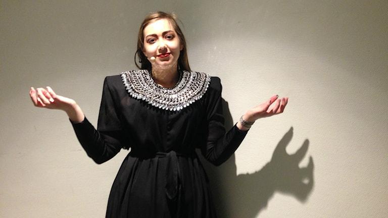 Ellinore Holmer spelar den onda häxan i föreställningen.
