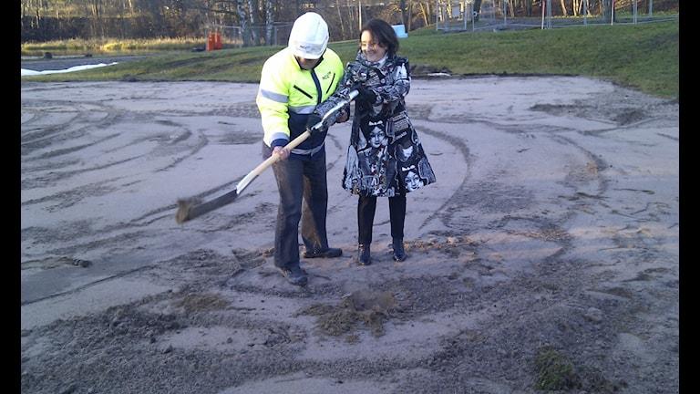 Mats Tiveskog, platschef NCC, och Inger Schörling (MP) tog det första spadtaget med en dubbelspade vid Gavleån.