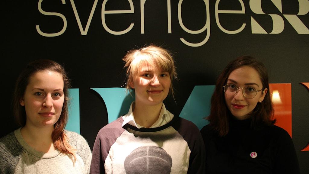 Unga feminister, från vänster: Sarah Gabrielsson, Klara Brundell och Paula Cyrillus Ottenvang. Foto: Fredrik Björkman/Sveriges Radio