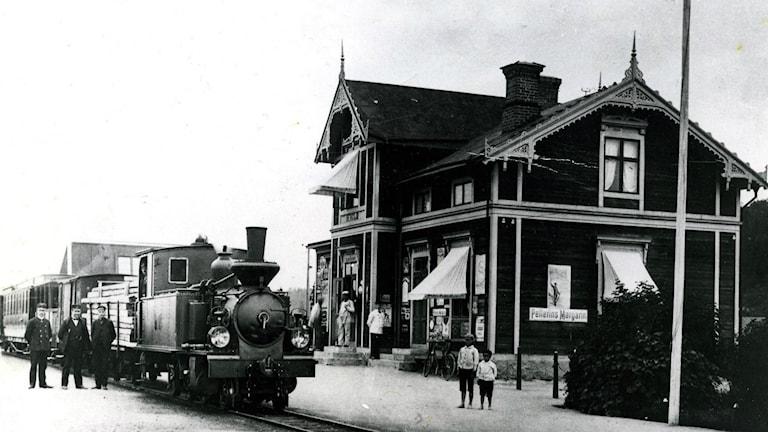 Bergsjö Järnvägsstation: Järnvägen invigdes 12/12 1896 och lades ned 31/12 1961. På trappan stinsen Gösta Sandqvist. Fotoår:1915. Hälsinglands museum.