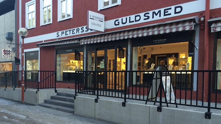 Tobias Petersson, ägare till guldsmedsbutiken i Bollnäs, får årets tillgänglighetspris av DHR i Gävleborg. Foto: Agneta Sundberg/Sveriges Radio