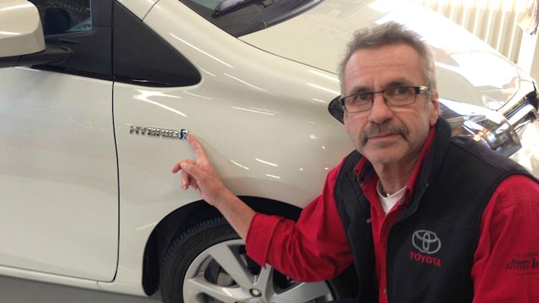 Att Hans-Göran Eriksson säljer 30 procent mer hybridbilar är bland annat för att det blivit mycket billigare. Foto: Hasse Persson/Sveriges Radio