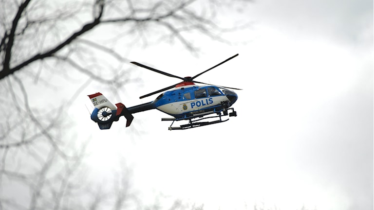 Polisen sätter nu in helikoptrar i sökandet efter den försvunna 18-åringen. Foto: TT
