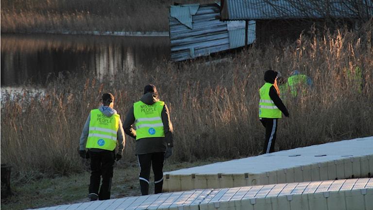 Omkring 300 personer har sökt efter 18-åringen. Man har under eftermiddagen hittat en keps som ska tillhöra personen. Foto: Roger Nilsson/Sveriges Radio