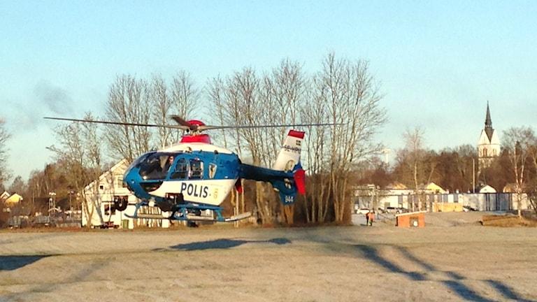 Polisen använder sig av helikopter i sökandet efter 18-åringen. Foto: Wenda Hajo/Sveriges Radio