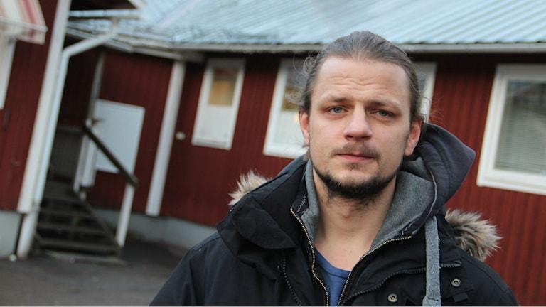 Micke Lindblom håller inte med om kritiken mot maten på asylboendet. Foto: Magnus Hansson/Sveriges Radio
