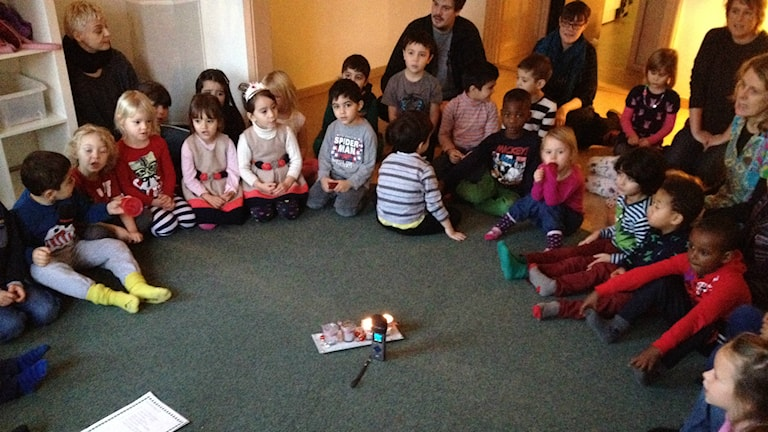Repetition pågår! På Söderslottets förskola samlas alla fyra- och femåringar i en ring för att öva på luciasångerna. På måndag är det dags!