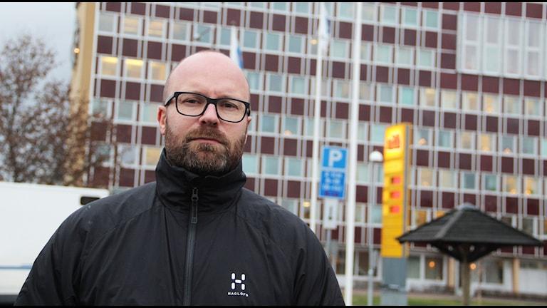 Jonas Sonneryd som har två barn i en förskola i Bollnäs oroas över de sparförslag som finns för skolan och barnomsorgen i kommunen. Foto: Magnus Hansson/Sveriges Radio.