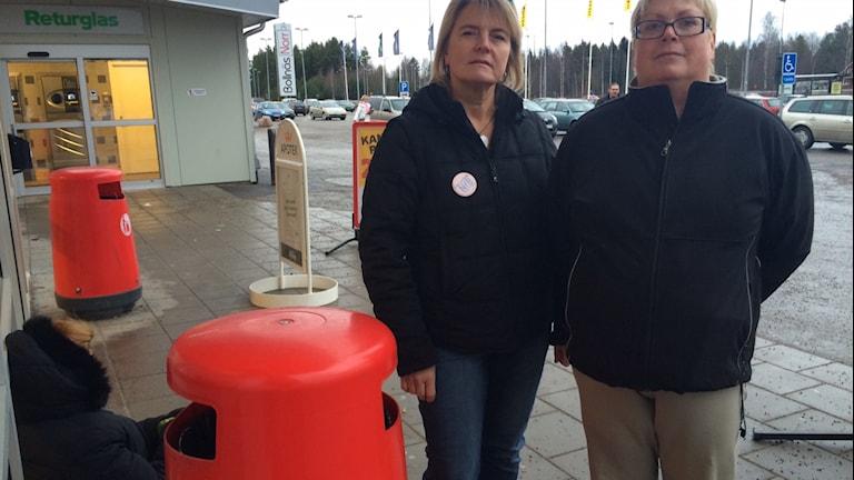 Lillemor Fahlström Högberg och Marie Svensson har lagat soppa som de åker runt och delar ut till tiggare som sitter utanför affärer i Bollnäs. Foto: Agneta Sundberg/Sveriges Radio