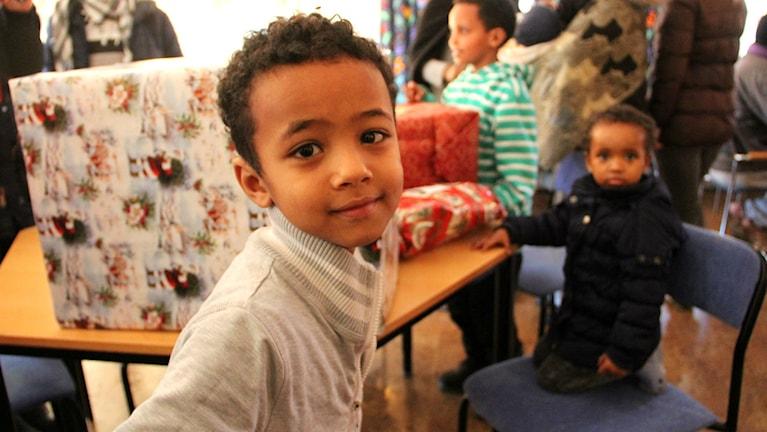 Dermas Petros var en av de asylsökande som fick julklapp av Nyhamre skola. Foto: Julia Burman Görans/Sveriges Radio
