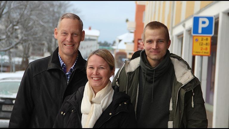 Från vänster Sören Calleberg SM-chef, Lina Haglund ordförande SM-föreningen och Joel Groth sprinter från Bollnäs som siktar på medalj på SM i Söderhamn. Foto: Magnus Hansson/Sveriges Radio