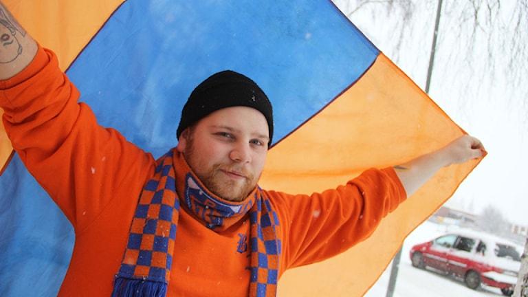 Christoffer Bergström, ordförande i Bollnäs flames, tippar på Bollnässeger med 5-3 mot Edsbyn. Foto: Magnus Hansson/Sveriges Radio
