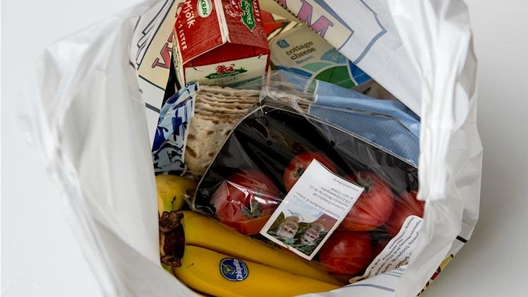 Allt fler väljer att göra sin veckohandling av mat framför datorn. Foto: TT