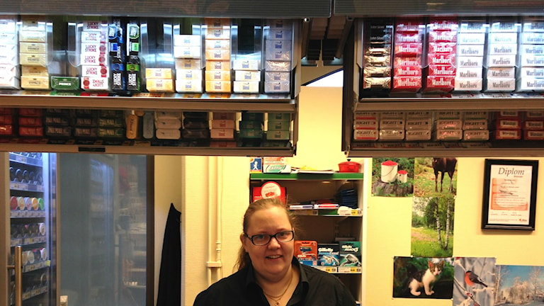 Annika Nordlund i kassan i en mataffär i Bollnäs.