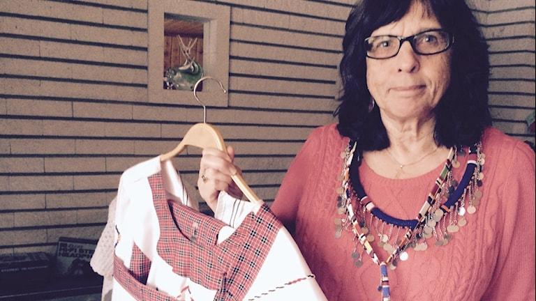 Anita Lindqvist i Alfta har fått en specialdräkt och smycken av Massajerna i Kenya. Foto: Agneta Sundberg/Sveriges Radio