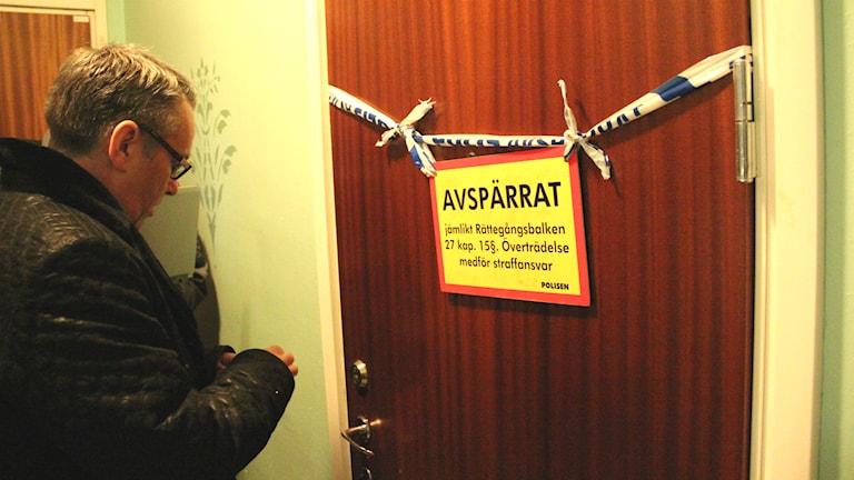 Åklagare Ulf Back vid 28-åringens lägenhet under brottsplatssynen. Foto: Gabriel Henning/Sveriges Radio
