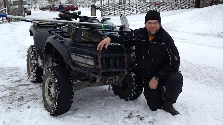 Johan Helin arbetar vid Hemlingbybacken och använder fyrhjuling i arbetet. Han tycker det borde krävas särskilt körkort för att få köra fordonet. Foto: Linnéa Forss/Sveriges Radio