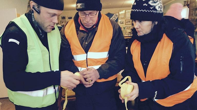 Mattias Wellsén operativ chef (tv) instruerar och gör klart inför sökningen efter 27-åringen i Söderhamn. Foto: Agneta Sundberg/Sveriges Radio