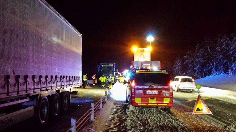 Fyra fordon var inblandade i olyckan i höjd med Skarvberget mellan Söderhamn och Gävle. Foto: Roger Nilsson.