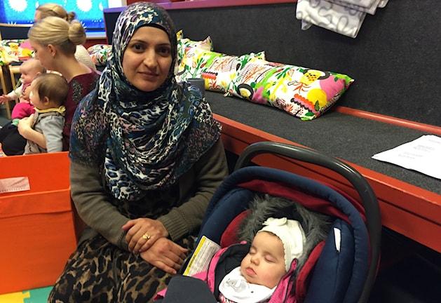 Aliaa Shareef och den trötta Meriam. Foto: Oliver Bergman/Sveriges Radio