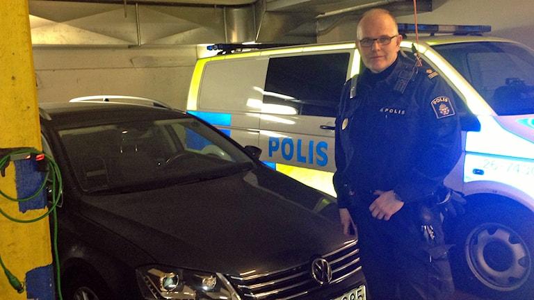 Lars Österberg vid kamerapolisbilen. Foto: Hasse Persson/Sveriges Radio