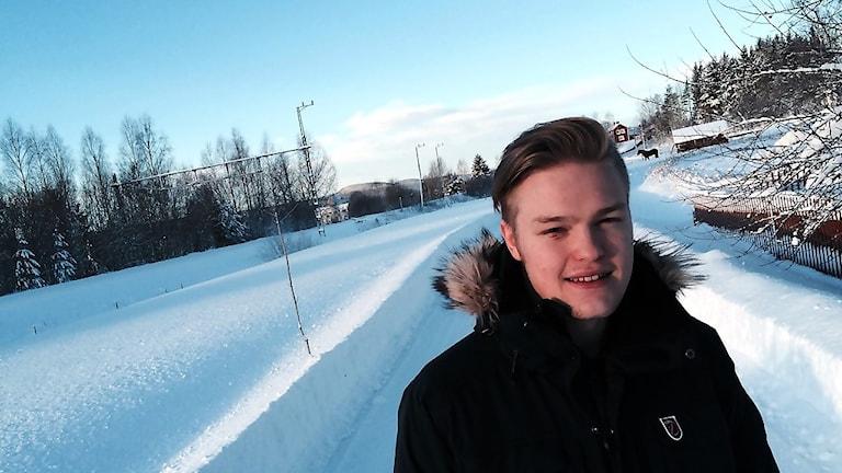 Edvin Skärdin drabbades av den kroniska sjukdomen narkolepsi när han var 14 år. Nu kämpar han dels för att komma tillbaka till livet, och dels mot myndigheterna för att de ska tro honom så han kan få ersättning från Läkemedelsförsäkringen. Foto: Christian Höijer/Sveriges Radio