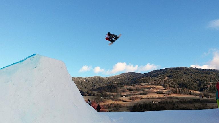 Måns Hedberg från Bollnäs har medalj i siktet under VM-finalen i slopestyle. Foto: Team Snowboard Sweden