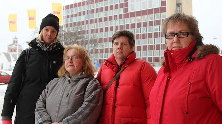Camilla Östlund, Bodil Olsson, Helene Sköld och Åsa Fridh är arga och besvikna att det blir tre semesterperioder i sommar. Foto: Agneta Sundberg/Sveriges Radio
