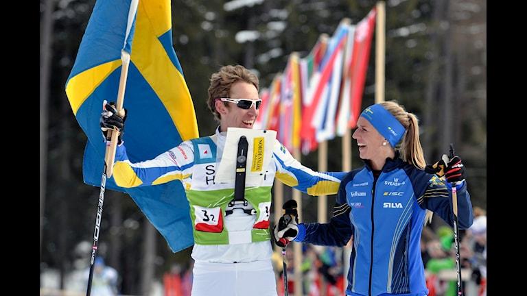 Erik Rost och Josefine Engström efter sitt EM-guld i skidorientering.