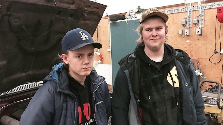 Pontus Lodén Nordmark och Gustav Rotberger ska bli yrkeschaufförer. Att mecka är okej, säger de, men de tror att många drar sig för att skruva för att det är skitigt. Foto: Christian Höijer/Sveriges Radio