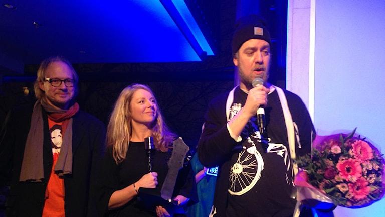 Magnus Lysén en i duon Onda & Fejs tog emot priset för årets låt som delades ut av P4 Gävleborgs Kerstin Carlsson och Larry Forsberg. Foto: Martin Svensson/P4 Gävleborg