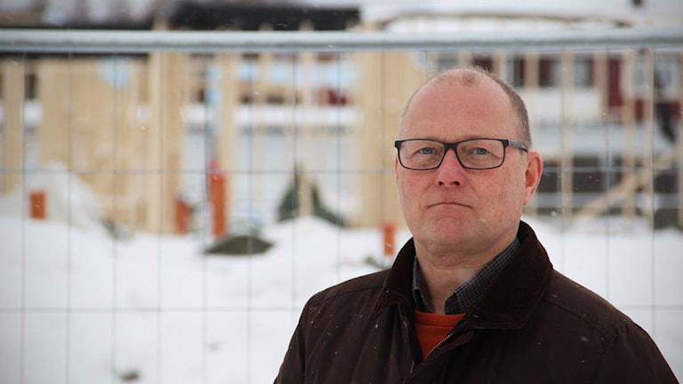Håkan Håkan Englund, barn- och utbildningsnämndens ordförande i Ovanåkers kommun, tycker det är trist och tråkigt att bygget just nu står still. Foto: Magnus Hansson/Sveriges Radio