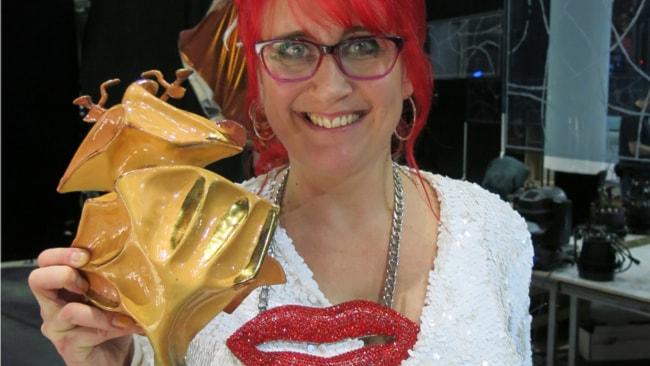 En lycklig Cilla Rörby visar upp guldbaggen. Foto: Björn Jansson/Sveriges Radio